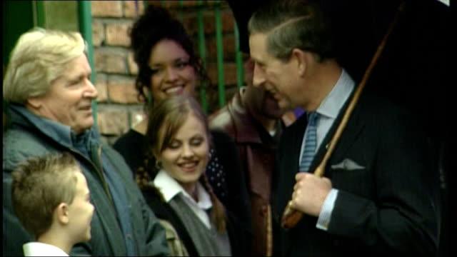 vídeos y material grabado en eventos de stock de prince charles, prince of wales, visiting coronation street set in 2000 - telenovela