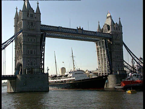 prince charles tv confession lnn london tugs spraying water as they pass under gv royal yacht britannia passing under tower bridge cms prince... - charles bridge stock-videos und b-roll-filmmaterial