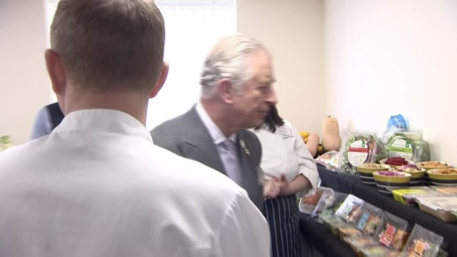 vidéos et rushes de prince charles visits factory committed to no plastic waste; prince charles, the prince of wales looking at vegetables on tour food in plastic... - s'impliquer à fond