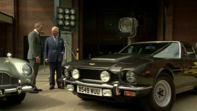 vídeos de stock, filmes e b-roll de prince charles visits set of next bond movie at pinewood studios uk buckinghamshire prince charles prince of wales visits the set of next james bond... - daniel craig ator
