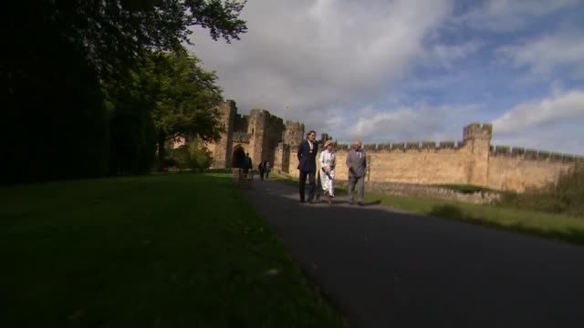 stockvideo's en b-roll-footage met prince charles visits the alnwick garden england northumberland alnwick ext general views alnwick castle / prince charles prince of wales along from... - saxofonist