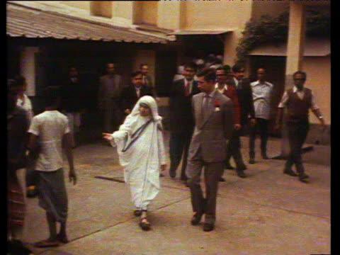 vídeos y material grabado en eventos de stock de prince charles walking with mother theresa in hospital courtyard dec 80 - calcuta