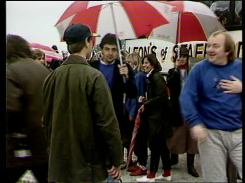 vídeos de stock e filmes b-roll de prince edward media outburst; lib staffordshire: alton park: prince edward and celebrities pamela atkinson, rowan atkinson & mel smith during... - realeza