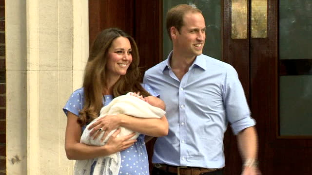 vídeos y material grabado en eventos de stock de prince george christened at st james's palace lib / st mary's hospital prince william duke of cambridge and catherine duchess of cambridge coming out... - 2013