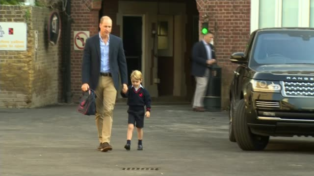 vídeos y material grabado en eventos de stock de thomas's battersea ext prince george along holding hands with father prince william duke of cambridge as arrives for first day at school - primer dia de clase