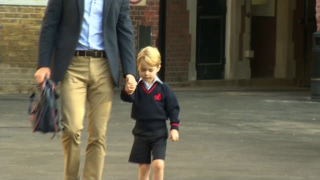 vídeos y material grabado en eventos de stock de london battersea thomas's battersea ext prince george from car with father prince william duke of cambridge as arrives for first day at school and... - primer dia de clase