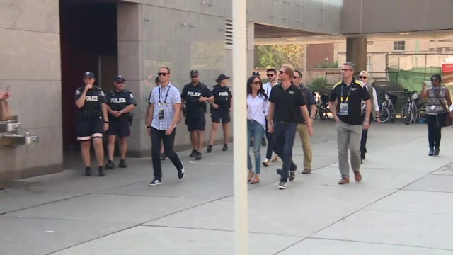 vídeos de stock, filmes e b-roll de prince harry and his girlfriend meghan markle walk hand in hand in toronto during the invictus games september 2017 nnbz126j absa627d - um do lado do outro