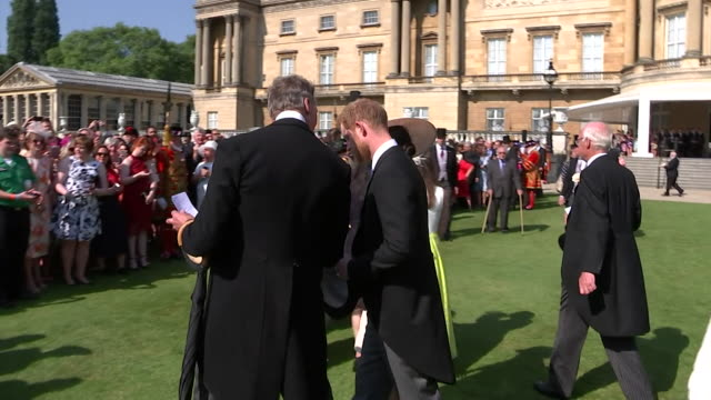 vídeos de stock e filmes b-roll de prince harry and meghan, duchess of sussex, at buckingham palace on their first appearance since their wedding - realeza