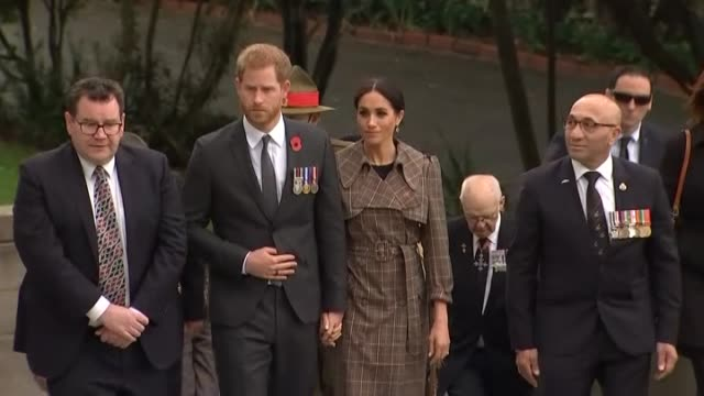 prince harry and meghan, duke and duchess of sussex, lay tributes at the pukeahu national war memorial in wellington, during the royal tour to new... - monumento ai caduti monumento commemorativo video stock e b–roll