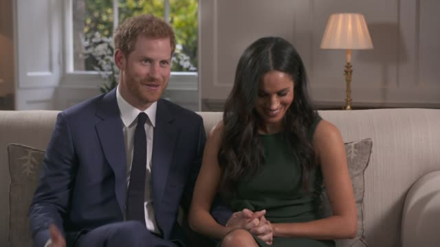 vídeos y material grabado en eventos de stock de prince harry and meghan markle engagement announced england london kensington palace int prince harry and meghan markle interview on engagement sot... - propuesta