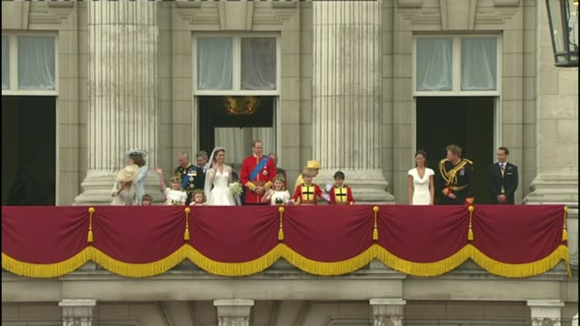 prince harry and meghan markle engagement announced r29041112 2942011 ext royal family on balcony following wedding of prince william and kate... - prinz william herzog von cambridge stock-videos und b-roll-filmmaterial