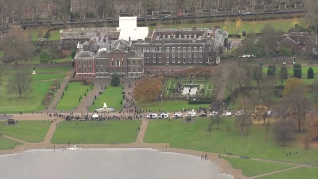 prince harry and meghan markle engagement reaction air view / aerial kensington palace with crowds and press gathered outside - itv放送点の映像素材/bロール