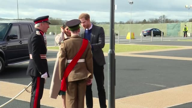 prince harry and meghan markle in lisburn northern ireland lisburn eikon centre ext prince harry and meghan markle from car as arriving / greeted by... - nordirland stock-videos und b-roll-filmmaterial