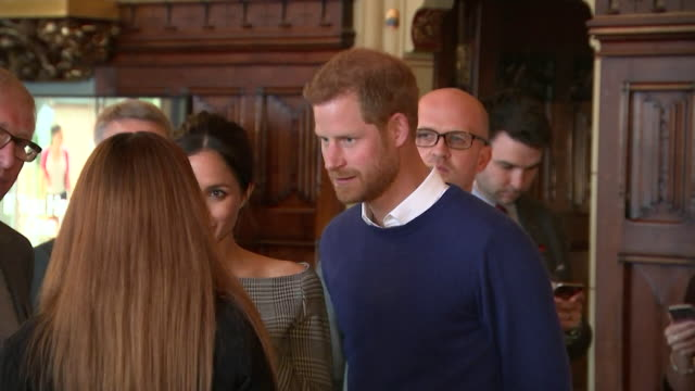 stockvideo's en b-roll-footage met prince harry and meghan markle speaking to people inside cardiff castle - britse koningshuis