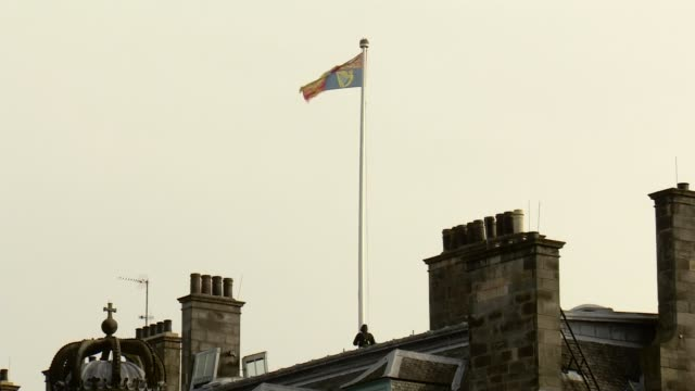 prince harry and meghan markle visit holyroodhouse scotland edinburgh holyroodhouse ext scottish flag being lowered over the palace of holyrood and... - sostituzione video stock e b–roll