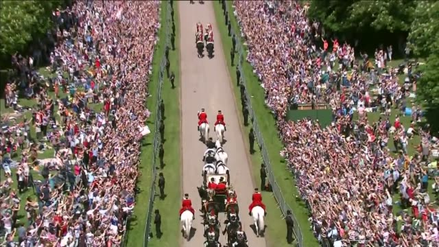 vidéos et rushes de prince harry and meghan markle wedding day main events england windsor windsor castle ext prince harry duke of sussex and meghan duchess of sussex... - voiture attelée