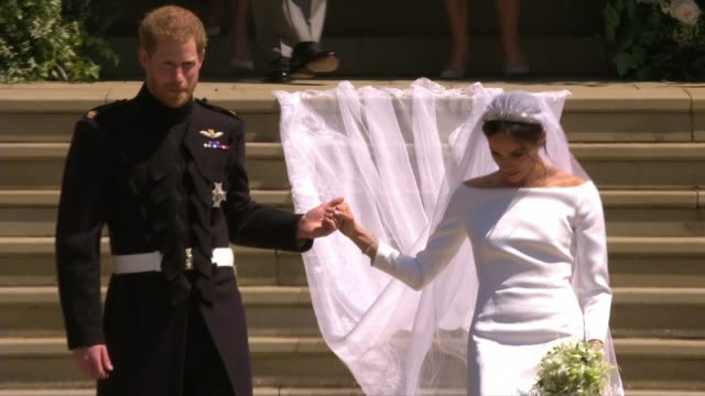 prince harry and meghan markle wedding day main events ext prince harry duke of sussex and meghan duchess of sussex kissing on church steps harry and... - königliche hochzeit stock-videos und b-roll-filmmaterial