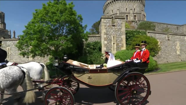 vidéos et rushes de prince harry and meghan markle wedding day main events windsor castle sot*** horse drawn carriage along zoom in prince harry duke of sussex and... - voiture attelée