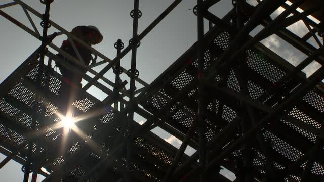 vídeos de stock, filmes e b-roll de preparations in windsor england berkshire windsor ext gvs scaffolding for seating being erected in windsor great park and windsor castle in... - papel em casamento