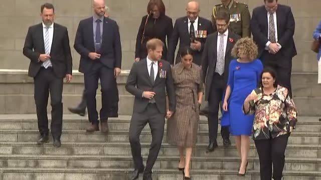 prince harry and meghan, the duke and duchess of sussex, descend steps hand in hand at conclusion of visit to pukeahu national war memorial in... - monumento ai caduti monumento commemorativo video stock e b–roll