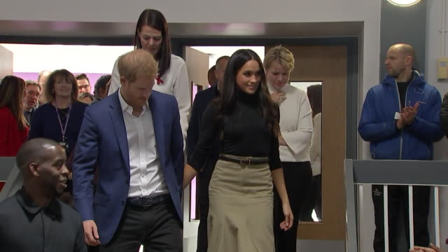 vídeos de stock, filmes e b-roll de prince harry and new fiancee meghan markle arriving to a round of applause as they take their seats during a performance at the nottingham academy - atriz