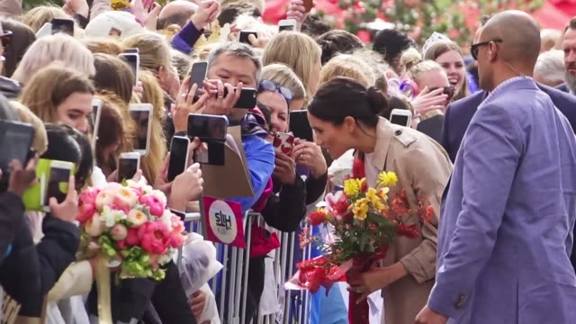 stockvideo's en b-roll-footage met prince harry and wife meghan meet crowd in a walkabout on the auckland waterfront - auckland