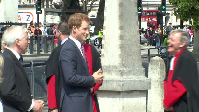 prince harry arriving in westminster to unveil memorial plaque to mark queen elizabeth ii 60th anniversary of coronation prince harry arriving in... - 飾り板点の映像素材/bロール