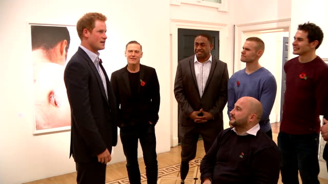 vidéos et rushes de prince harry at new exhibition of photographs *** warning prince harry meeting wounded servicemen and bryan adams at exhibition sot - bryan adams