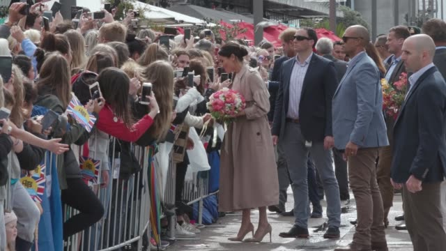 stockvideo's en b-roll-footage met prince harry duke of sussex and meghan duchess of sussex as they meet the public in auckland's viaduct on october 30 2018 in auckland new zealand the... - auckland