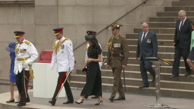 vídeos de stock, filmes e b-roll de prince harry duke of sussex and meghan duchess of sussex attend the official opening of anzac memorial on october 20 2018 in sydney australia the... - realeza britânica