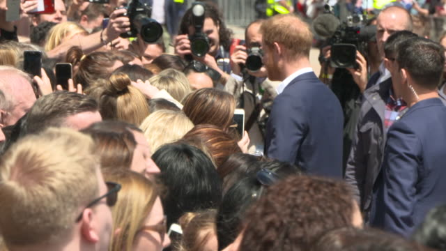 prince harry duke of sussex and meghan duchess of sussex greet the public at the sydney opera house on october 16 2018 in sydney australia the duke... - 1日目点の映像素材/bロール