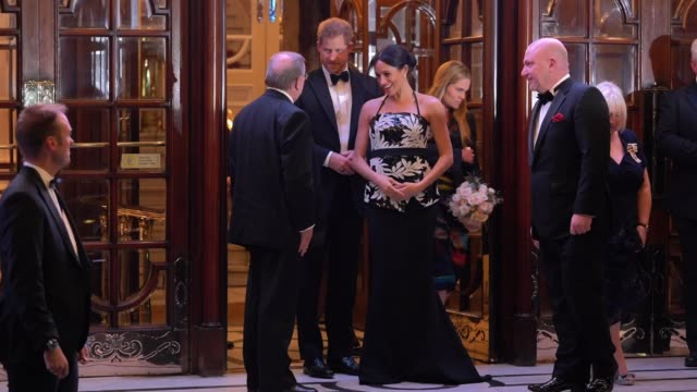 vídeos de stock e filmes b-roll de prince harry, duke of sussex and meghan, duchess of sussex leave the royal variety performance 2018 on november 19, 2018 in london, england. - realeza
