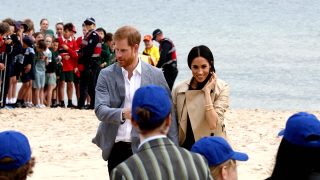 vídeos de stock, filmes e b-roll de prince harry duke of sussex and meghan duchess of sussex meet beachpatrol volunteers at south melbourne beach on october 18 2018 in melbourne... - meghan harry