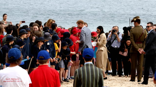 prince harry, duke of sussex and meghan, duchess of sussex meet local school children at south melbourne beach on october 18, 2018 in melbourne,... - 3日目点の映像素材/bロール