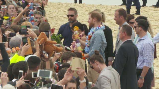 vídeos de stock, filmes e b-roll de prince harry, duke of sussex and meghan, duchess of sussex meet members of the public at bondi beach on october 19, 2018 in sydney, australia. the... - praia de bondi