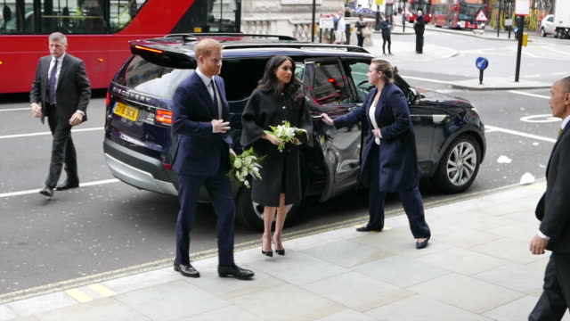 vídeos de stock, filmes e b-roll de prince harry duke of sussex and meghan duchess of sussex visit new zealand house to sign the book of condolences and lay flowers on behalf of the... - meghan harry
