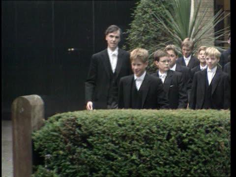prince harry hairstyle story; t03099809 / tx 3.9.1998 england: berkshire: eton school: ext **beware flash photography** prince harry along on first... - boys beware点の映像素材/bロール
