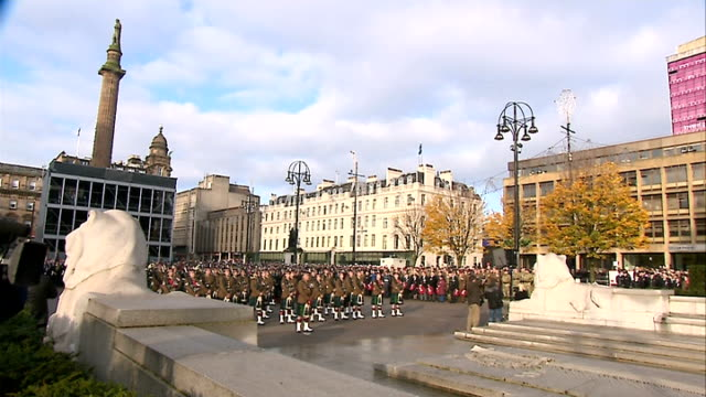 vídeos de stock e filmes b-roll de prince harry lays wreath during remembrance day service in kandahar scotland glasgow st george's square ext gv remembrance day service underway... - kandahar