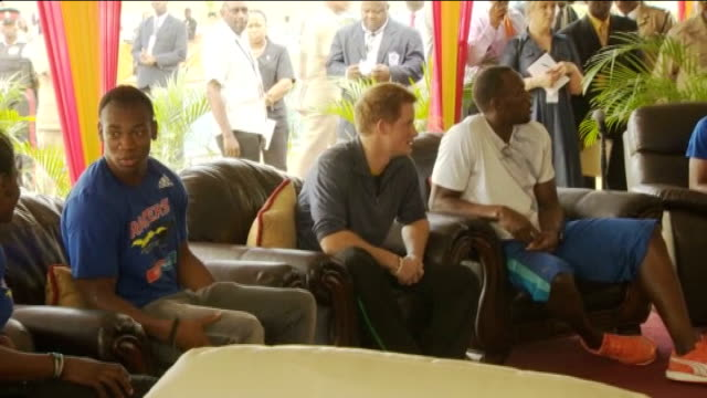 vidéos et rushes de prince harry meets usain bolt during caribbean tour jamaica ext prince harry arrives at running track / harry shakes hands with usain bolt / harry... - canopy tour