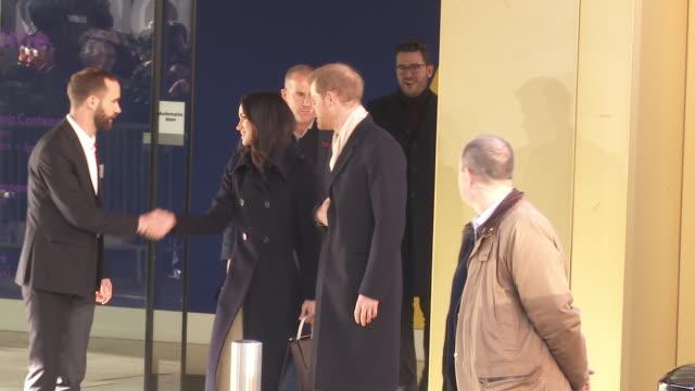 vídeos y material grabado en eventos de stock de prince harry meghan markle at prince harry meghan markle visit nottingham on december 01 2017 in nottingham england - 2017