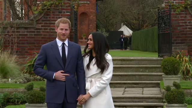vídeos de stock, filmes e b-roll de prince harry saying he is thrilled to be engaged to meghan markle and that he is happy is it not raining during the announcement - aliança de noivado