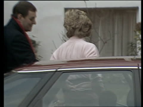 vidéos et rushes de london kensington ms car draws up lr zoom in prince harry seen in back seat with mother princess diana next amp harry pokes tongue out at press then... - princesse