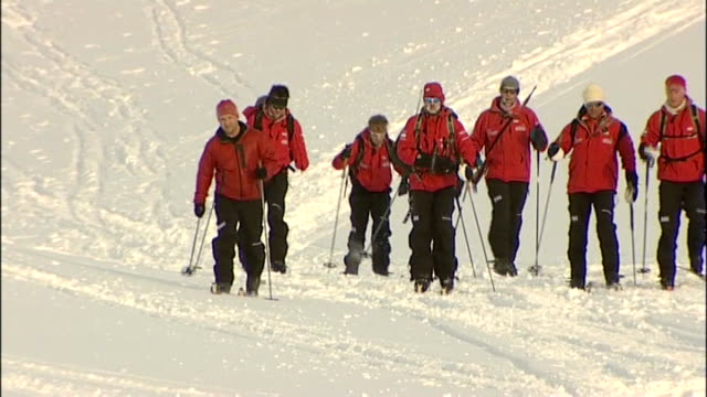vídeos de stock, filmes e b-roll de prince harry takes part in north pole fundraising trek interview with prince harry norway spitsbergen variouos shots of prince harry and members of... - pólo norte