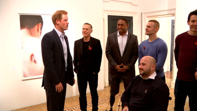 vidéos et rushes de prince harry tours wounded exhibition england london somerset house photography *** wounded veterans posing for photocall with copy of book / prince... - bryan adams