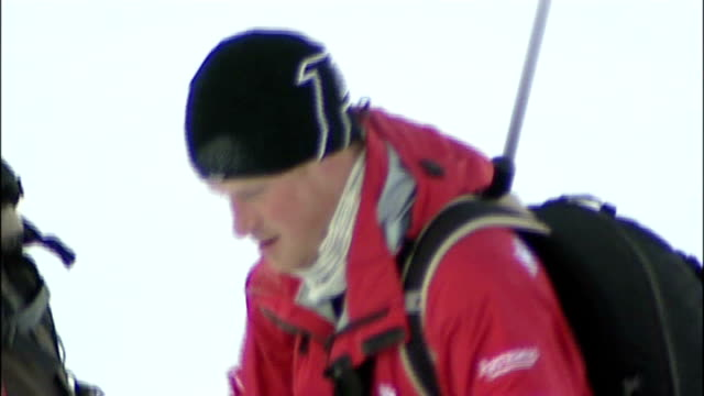 vídeos de stock, filmes e b-roll de prince harry trains for north pole 'walking wounded' fundraising trek norway spitzbergen various of prince harry and team member pulling sleds... - pólo norte