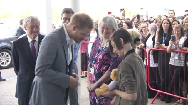 prince harry visits oxford children's hospital; england: oxfordshire: oxford: oxford children's hospital: int prince harry, duke of sussex with young... - oxfordshire bildbanksvideor och videomaterial från bakom kulisserna