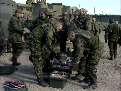 vidéos et rushes de prince harry's brigade in training ahead of deployment to iraq; various of soldiers lining up to get food during lunch break / helicopter in flight /... - armée de terre