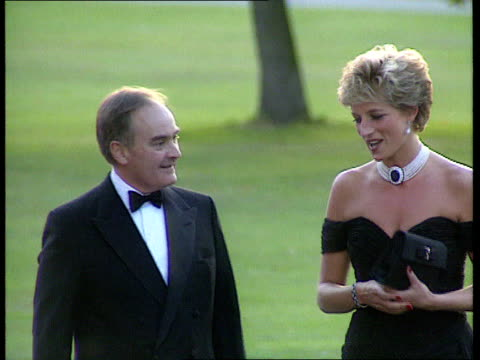 vídeos de stock e filmes b-roll de serpentine gallery lms princess of wales in short black evening dress rl from car and greeted as arrives for charity dinner zoom in cms diana shakes... - princesa