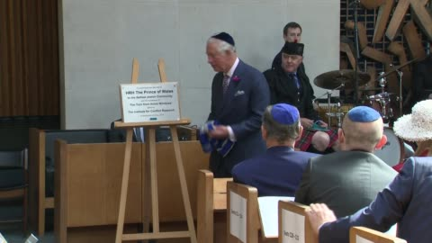 prince of wales visits belfast synagogue; northern ireland: belfast: int **music being played during service sot** prince charles, prince of wales... - gottesdienst stock-videos und b-roll-filmmaterial
