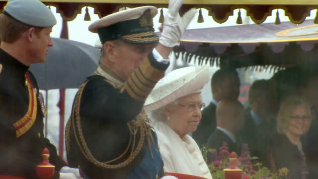 stockvideo's en b-roll-footage met prince philip admitted to hospital after recurrence of bladder infection r03061214 / tx river thames tower bridge prince philip waving on boat wih... - blaas urinewegstelsel